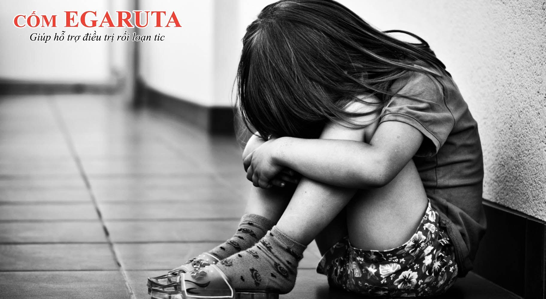 Trẻ nhỏ bị rối loạn tic dễ cảm thấy lo sợ khi phải rời xa cha mẹ